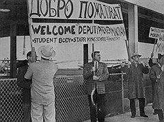 """""""Микоян — герой воинствующего антисталинизма. Он один не говорил о Берии и прямо заявил, что все неприятности имеют давнишние корни, может быть с начала сталинской эпохи"""" (на фото — встреча Микояна в аэропорту Сан-Франциско)"""