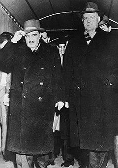 """""""Микоян — герой воинствующего антисталинизма. Он один не говорил о Берии и прямо заявил, что все неприятности имеют давнишние корни, может быть с начала сталинской эпохи"""" (на фото — Микоян выходит из госдепартамента в Вашингтоне, 1959 год)"""