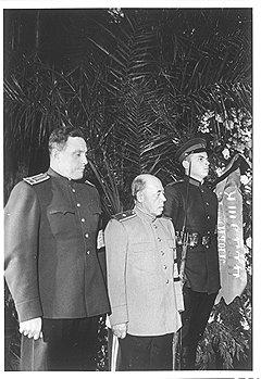 Даже под страхом новых пыток Власик не дал показаний против старого сослуживца — заведующего секретариатом Сталина Поскребышева (на фото — в центре)