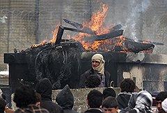 Возможно, уже в 2014 году Хамиду Карзаю придется справляться с народными волнениями (на фото) и противостоять талибам, полагаясь лишь на собственные силы