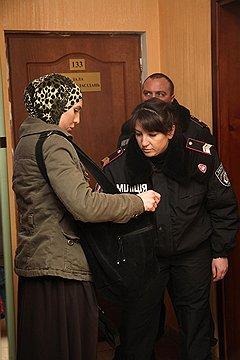 Адам Осмаев, по словам его жены Амины (на фото справа), признался в подготовке покушения под пытками