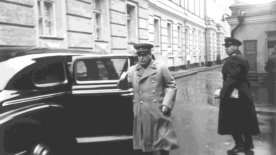 Воссоздававшаяся Сталиным всю жизнь древняя система эксплуатации рабского труда рабочих и колхозников помогла построить промышленность, но в дальнейшем позволяла стране двигаться вперед только по-стариковски медленно