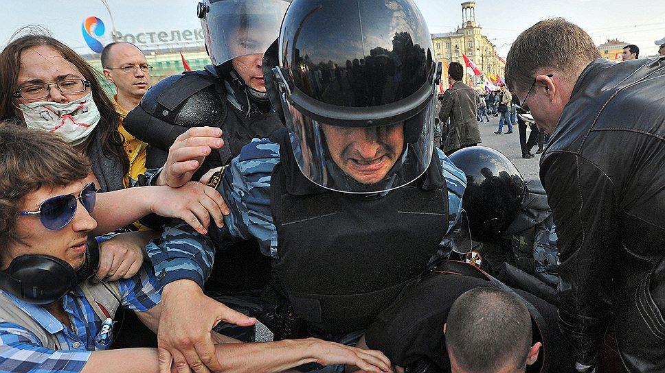 """За десять месяцев, прошедших с митинга на Болотной площади, власти подготовили к посадке 14 человек, """"причинивших боль неустановленным омоновцам"""""""
