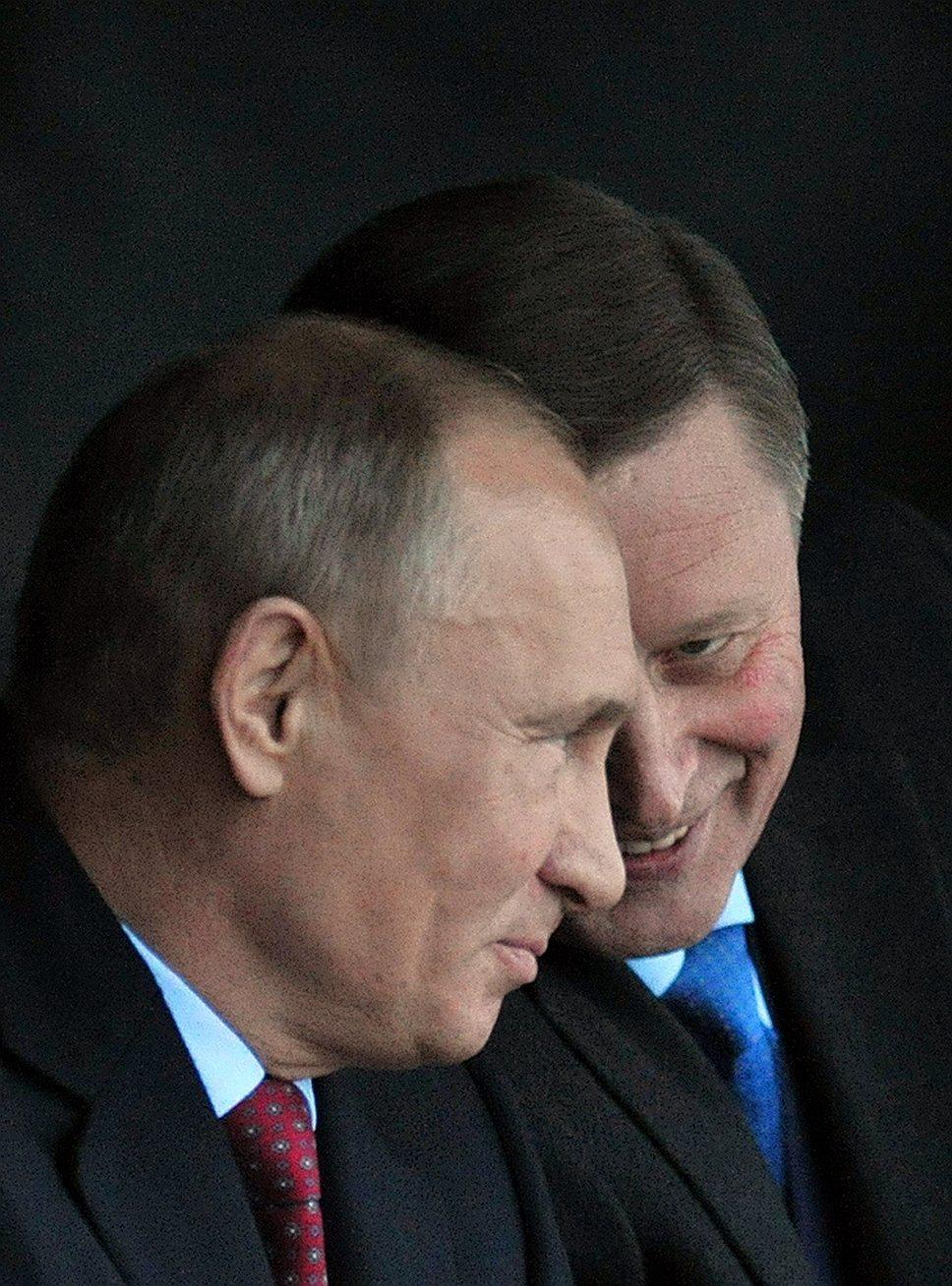 Кремлевские чиновники уверяют, что все стратегические решения принимает лично президент Путин, а глава его администрации Сергей Иванов (на фото — справа) лишь участвует в обсуждении
