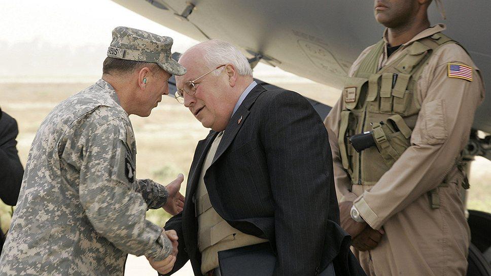 Критики утверждают, что бывший глава Halliburton, вице-президент США Дик Чейни, начал войну в Ираке в интересах крупных нефтяных корпораций