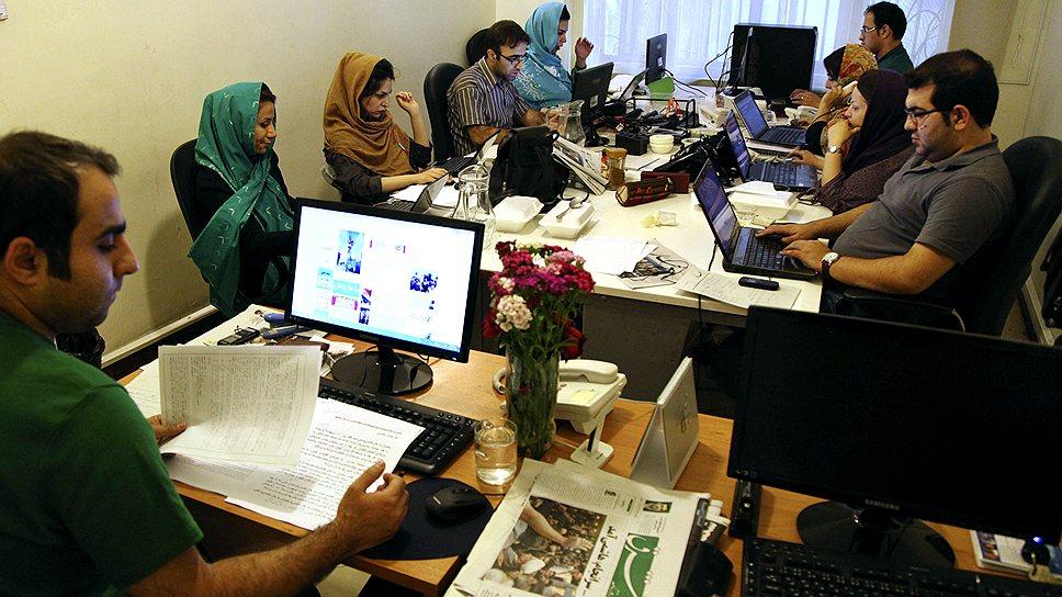 Иранские журналисты (на фото) готовятся к освещению торжества исламской демократии