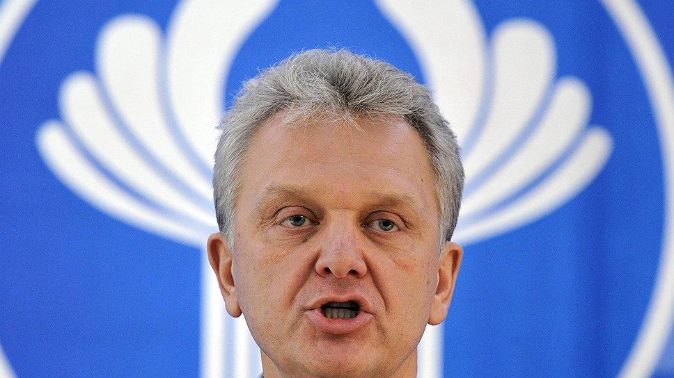 Виктор Христенко говорит, что уже больше года является международным чиновником и никаких указаний от прежнего работодателя не получает