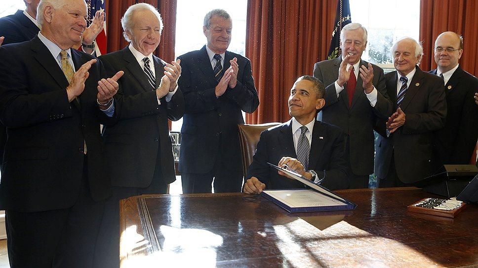 """Считается, что президент Обама не хотел подписывать """"закон Магнитского"""", но был вынужден сделать это под аплодисменты собравшихся"""