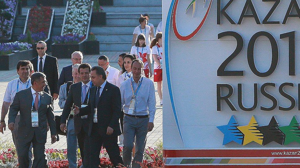 Спортивные и местные власти (на фото на переднем плане — министр спорта Виталий Мутко и президент Татарстана Рустам Минниханов) позаботились, чтобы коррупционные скандалы обошли Универсиаду-2013 стороной