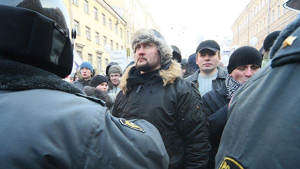 """Основатель движения """"Сопротивление"""" Роман Зенцов (в центре) стремится к созданию политической партии, которая станет государству либо союзником, либо опасным врагом"""