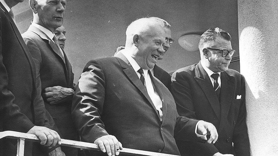 Как только Хрущев осознал, что затраты на обслуживание внутреннего госдолга скоро превысят поступления от займов, он предложил трудящимся проявить сознательность и простить долги государству