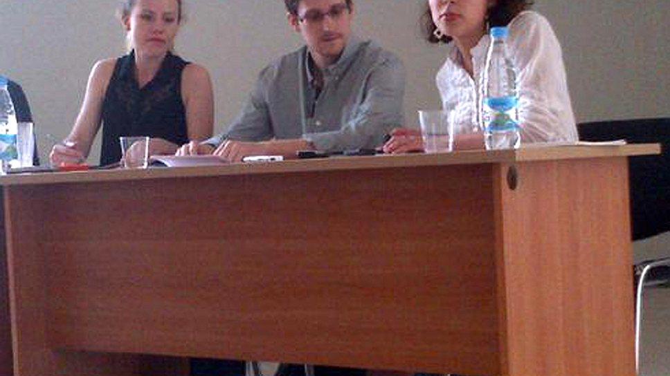 На пресс-конференции в Шереметьево беглый агент намекнул, что рассказал далеко не все, что знает