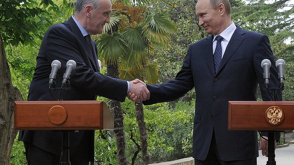 Россия (справа — Владимир Путин) одобряет темпы, с которыми Абхазия (слева — Александр Анкваб) осваивает выделяемые ей ресурсы