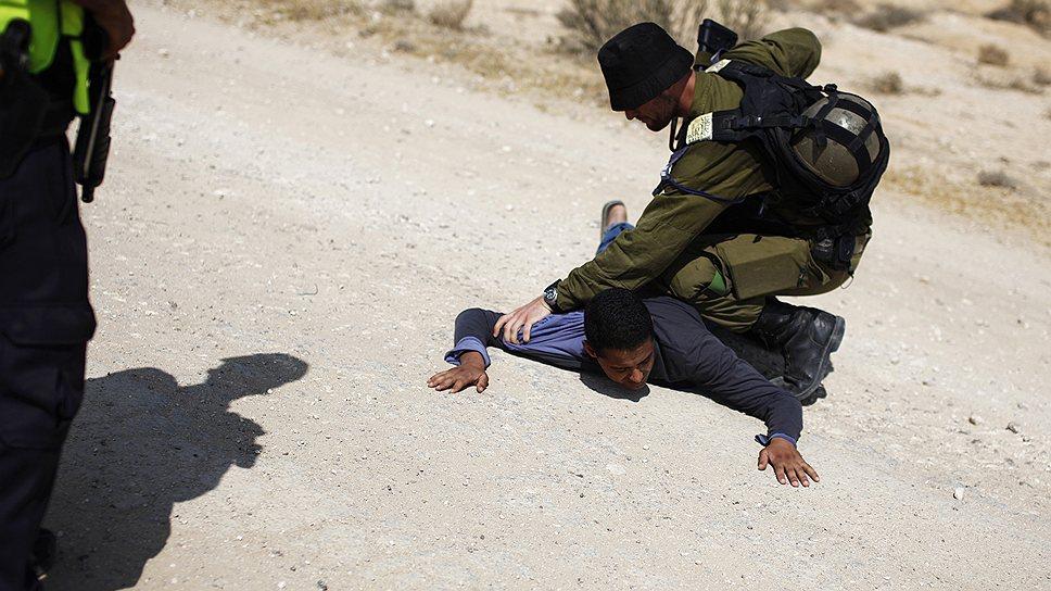 Израильские пограничники охотно дают приезжим первые уроки гостеприимства и толерантности