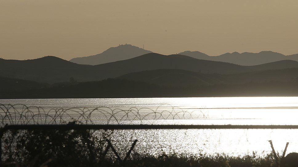 Предрассветный пейзаж на межкорейской границе особенно хорош в отблесках колючей проволоки