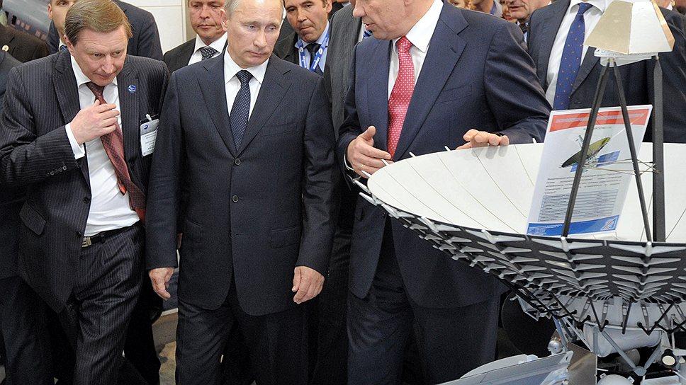 Глава Роскосмоса Владимир Поповкин (справа) не смог убедить Владимира Путина в том, что именно его план реформы ведомства является правильным