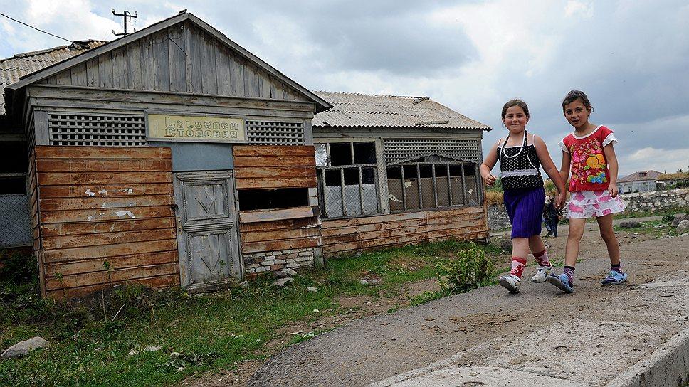 После отъезда части духоборов в 1990-е годы многие дома в селе стоят заброшенными