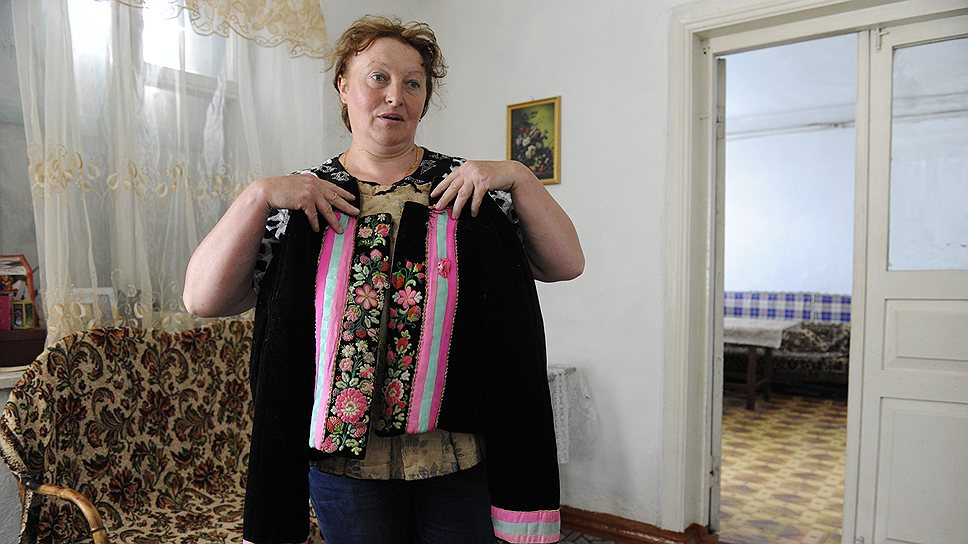 Жительница Гореловки Ирина Тамилина с частью традиционного женского костюма духоборов