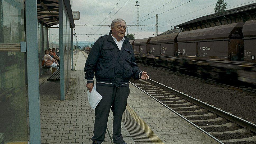 На перроне вокзала в нынешней Терезине режиссер рассказывает о том, как Терезиенштадт принимал обреченных на смерть евреев