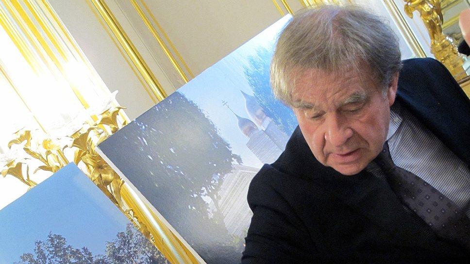 Работая над своим проектом, архитектор Жан-Мишель Вильмотт разговлялся на Пасху и наблюдал за крестным ходом