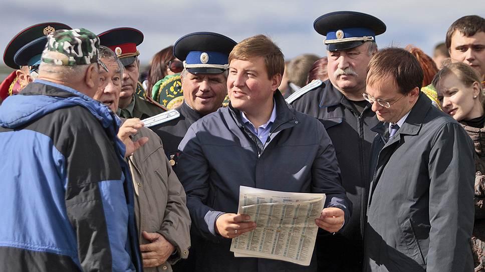 Бывший и, скорее всего, будущий глава Псковской области Андрей Турчак (в центре) был одним из самых молодых российских губернаторов
