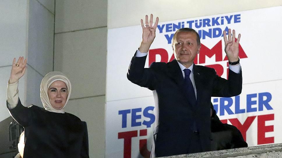 """Своих торжествующих сторонников Реджеп Тайип Эрдоган приветствовал жестом египетских исламистов из движения """"Братья-мусульмане"""""""