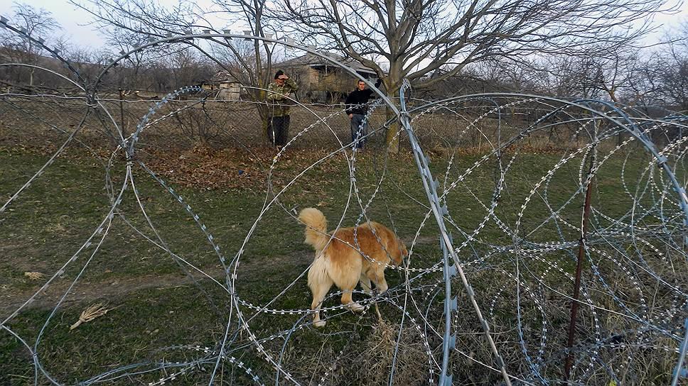 Интересами местных жителей прокладывающие колючую проволоку пограничники руководствуются в последнюю очередь