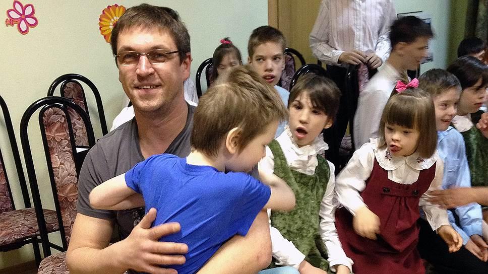 Актер Дмитрий Орлов считает, что благодаря общению с детьми из ДДИ волонтеры могут стать более свободными людьми