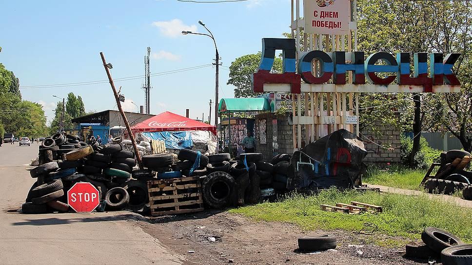 С приближением линии фронта к жилым кварталам баррикады начали возводить не только на выездах из города, но и на улицах Донецка