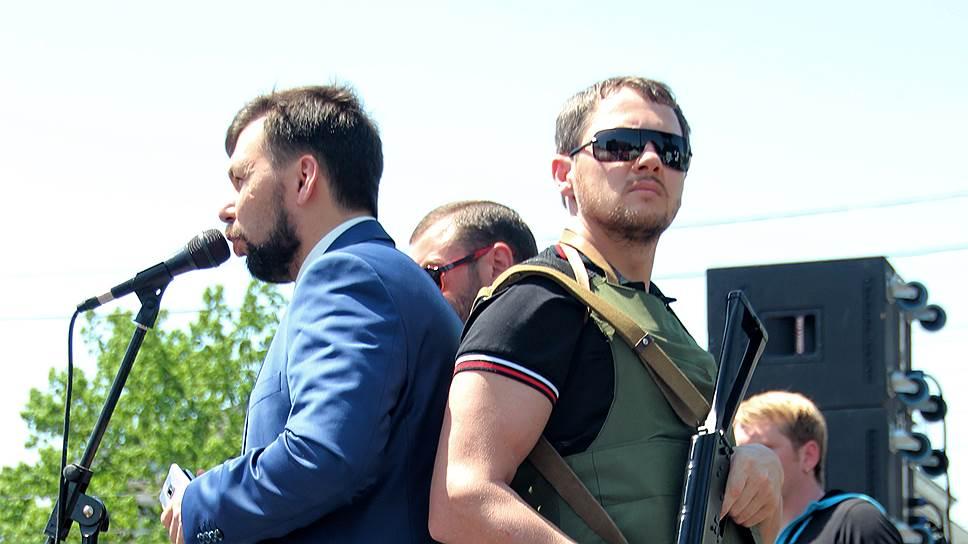 В 100 километрах от Донецка власть лидеров ДНР Дениса Пушилина (на фото — слева) и Александра Бородая заканчивается — районы Донбасса пытаются поделить различные вооруженные формирования