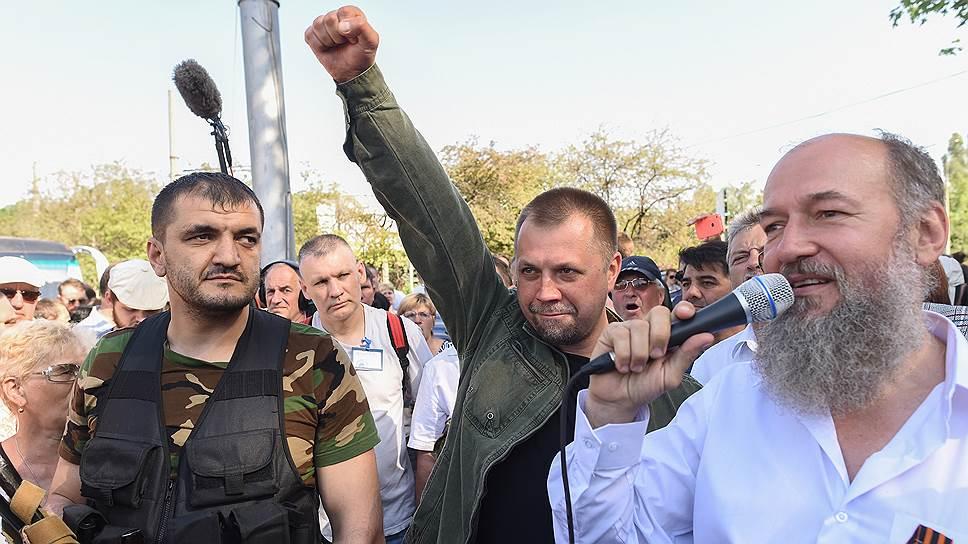 В 100 километрах от Донецка власть лидеров ДНР Дениса Пушилина и Александра Бородая (на фото — в центре) заканчивается — районы Донбасса пытаются поделить различные вооруженные формирования