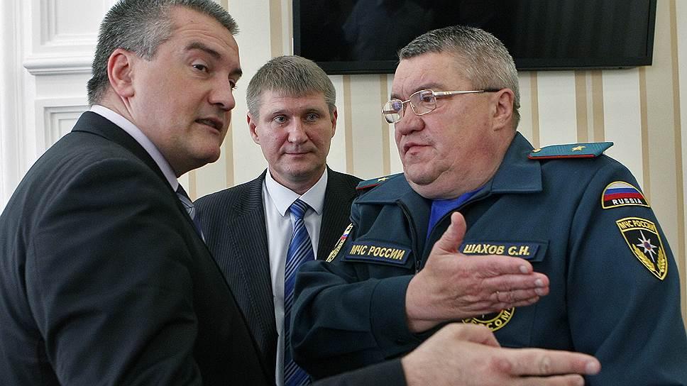Первый вице-премьер Михаил Шеремет (в центре) командовал отрядами крымской самообороны