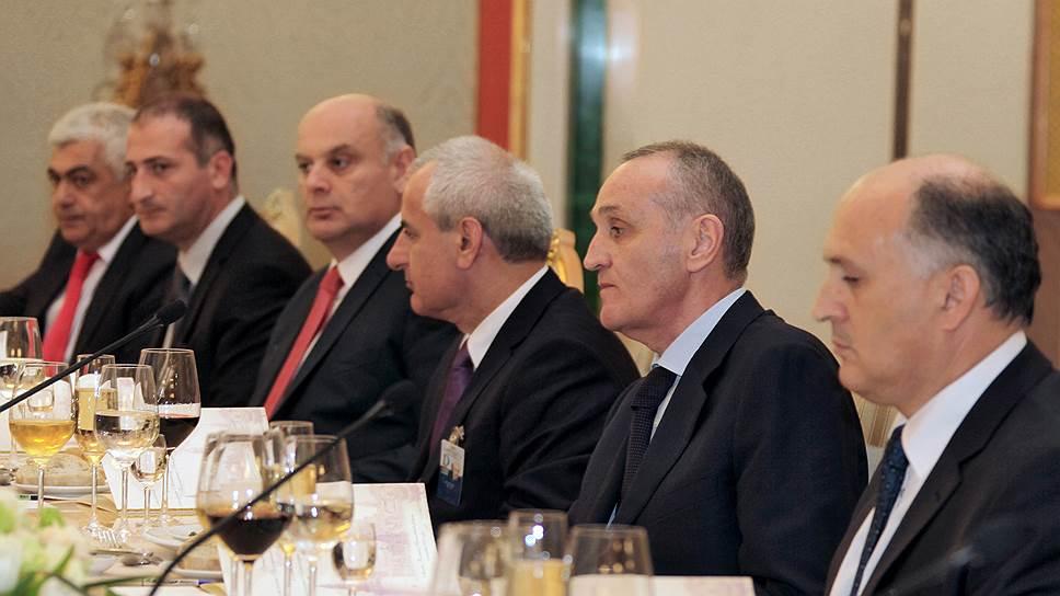 Экс-глава Службы безопасности Абхазии Аслан Бжания (второй справа) уверен, что стране необходима добыча нефти и выборы глав местных администраций народными собраниями
