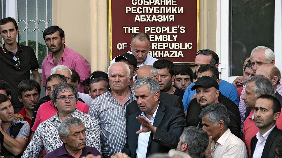 Оппозиционер Рауль Хаджимба (в центре) выступает за прямые общенародные выборы и экологическое благополучие страны