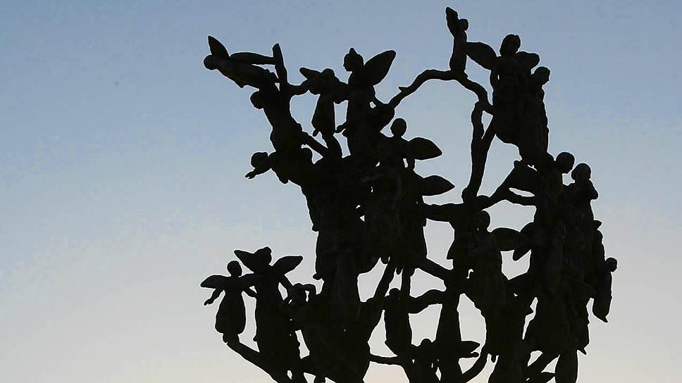"""""""Древо скорби"""", установленное в память о погибших в Беслане на кладбище """"Город ангелов"""""""