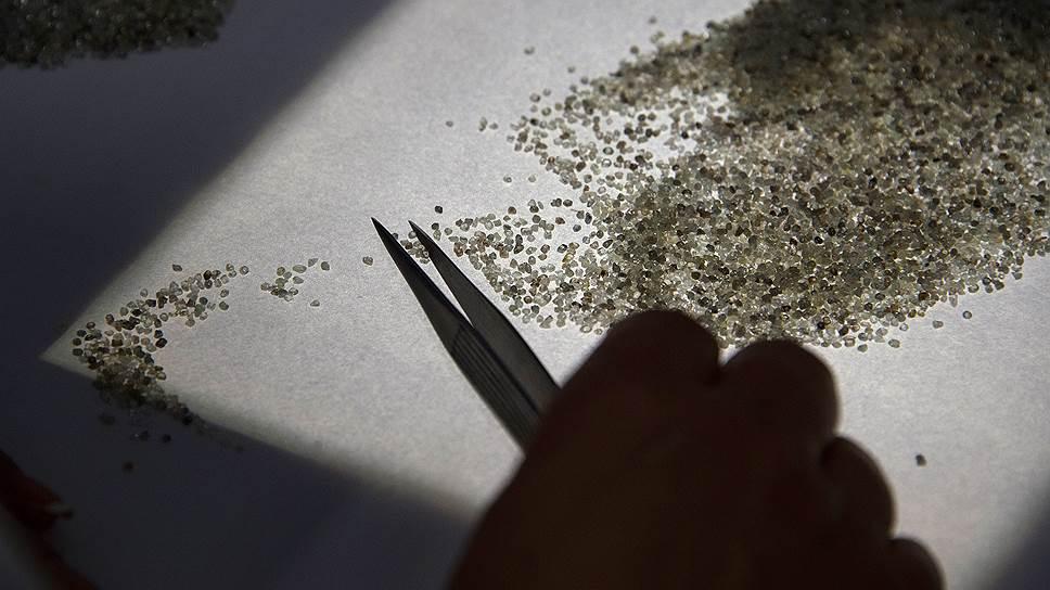 Алмазы бывают разными: от зерен (на фото) до уникальных камней