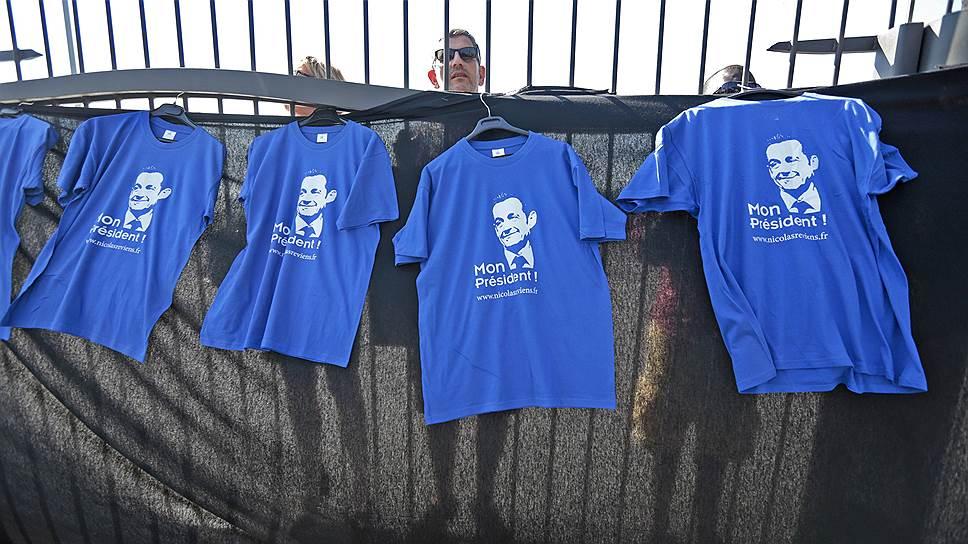 """Есть все основания полагать, что Никола Саркози планирует триумфальное возвращение не только на предметы гардероба своих соотечественников (надпись на футболках — """"Мой президент!"""")"""
