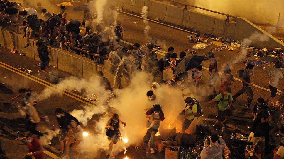 Полиция в Гонконге применила спецсредства против демонстрантов впервые за долгие годы