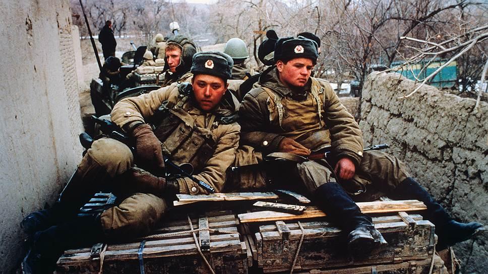 В 1979 году введение советских войск в Афганистан (на фото слева) и захват американских заложников в Иране привели, в частности, к резкому росту мировых цен на нефть