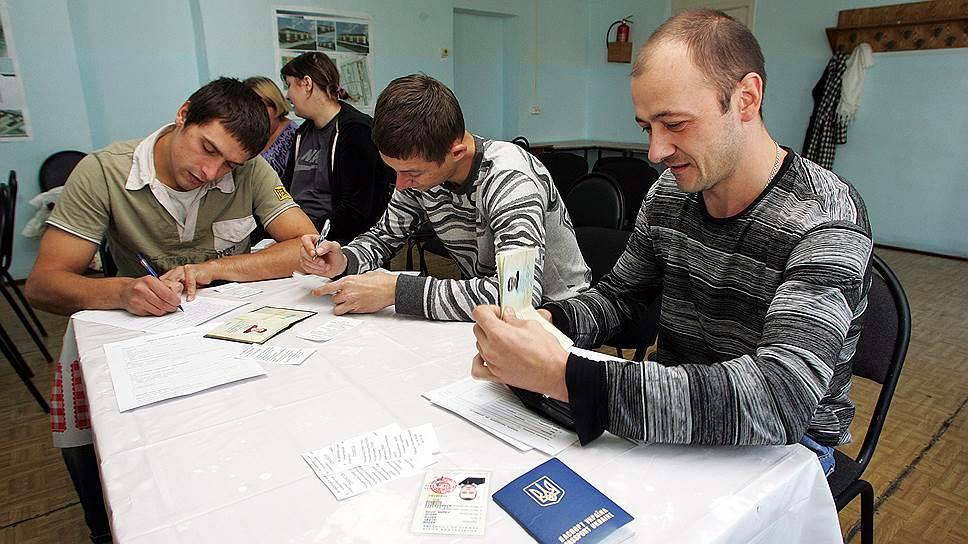 При получении временного убежища у беженцев забирают украинские паспорта, и если они становятся участниками программы переселения соотечественников, то паспорта, скорее всего, назад не отдадут