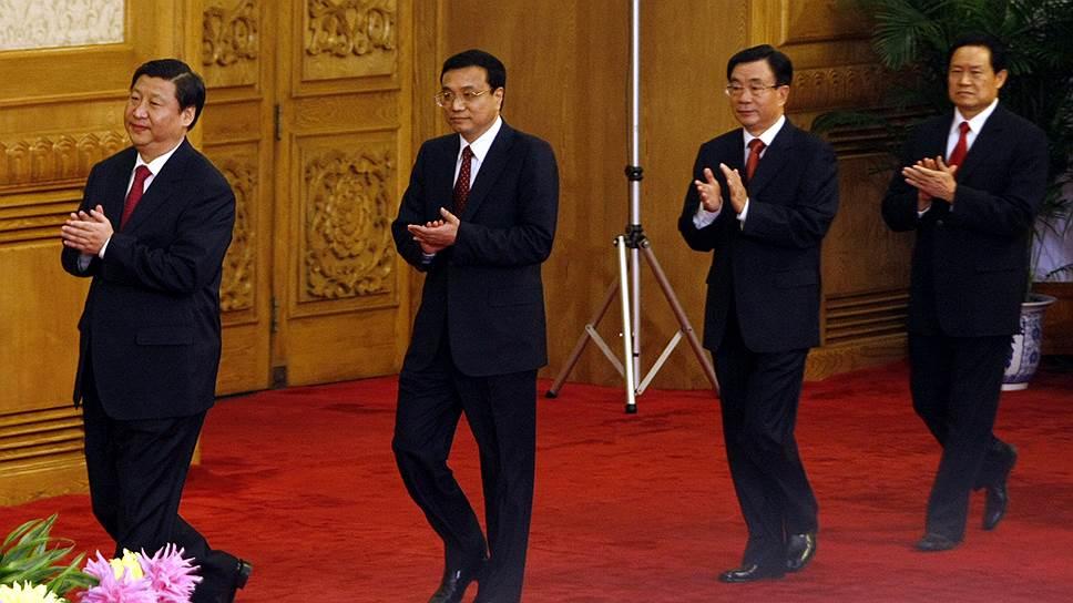 Несмотря на усилия Си Цзиньпина (крайний слева), пленум Компартии так и не принял решения о судьбе опального Чжоу Юнкана (крайний справа)