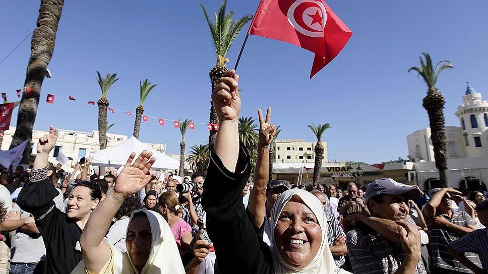 """Сторонники победившей на выборах в парламент Туниса партии """"Тунисский призыв"""" рады мирной """"арабской весне"""" в своей стране"""