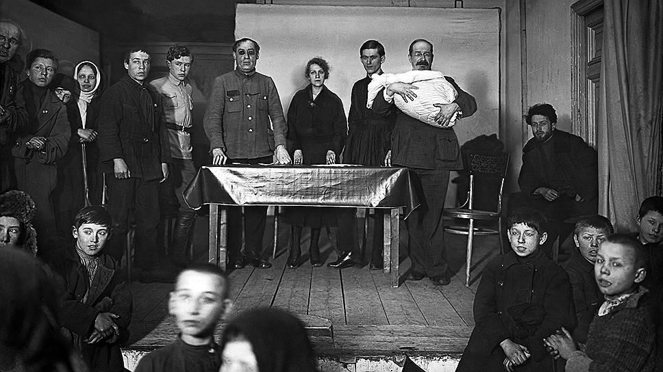В качестве революционного крестного отца младенца мог выступать даже крестный отец пролетарской культуры нарком А. В. Луначарский (на фото — с ребенком на руках, Москва, 1924 год)