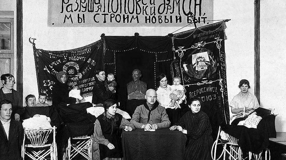 """На пике интереса к октябринам, в 1924 году (на фото -- в клубе """"Нартпит"""" в Саратове), их проводили не только повсеместно, но и массово"""