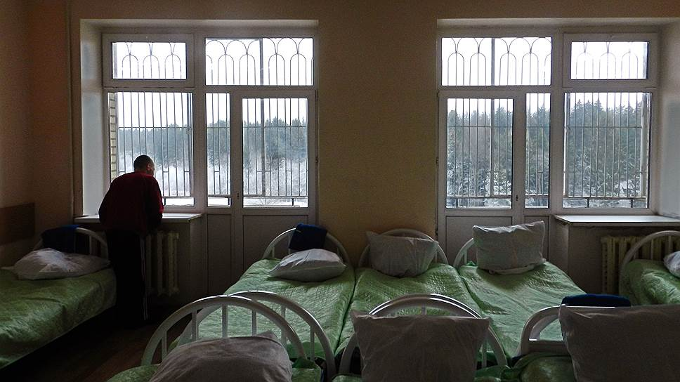 Решетки на окнах, закрывающиеся на ключ этажи, ЧОП и железные ворота делают подмосковный интернат больше похожим на тюрьму, чем на социальное учреждение
