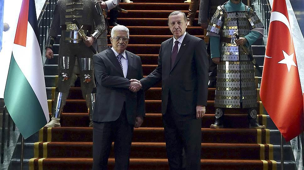 Палестинского лидера Махмуда Аббаса президент Турции Реджеп Тайип Эрдоган встречал в сопровождении приветственного караула, переодетого в военную форму исторических тюркских государств