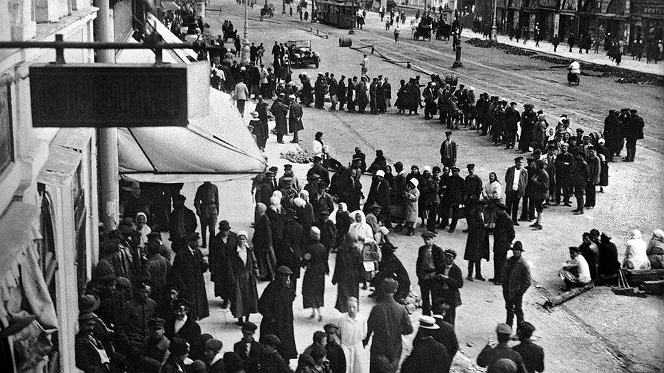 Удлинение очередей за водкой (на фото, в 1925 году) было прекрасным предлогом для увеличения ее цены