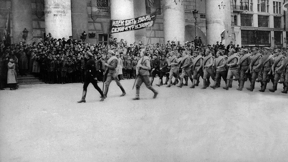 Сталин считал, что для победоносной обороны от старых врагов на западных границах нужно вновь и вновь увеличивать производство водки (на фото — смотр красноармейских частей перед отправкой на польский фронт, Москва, 1920 год)