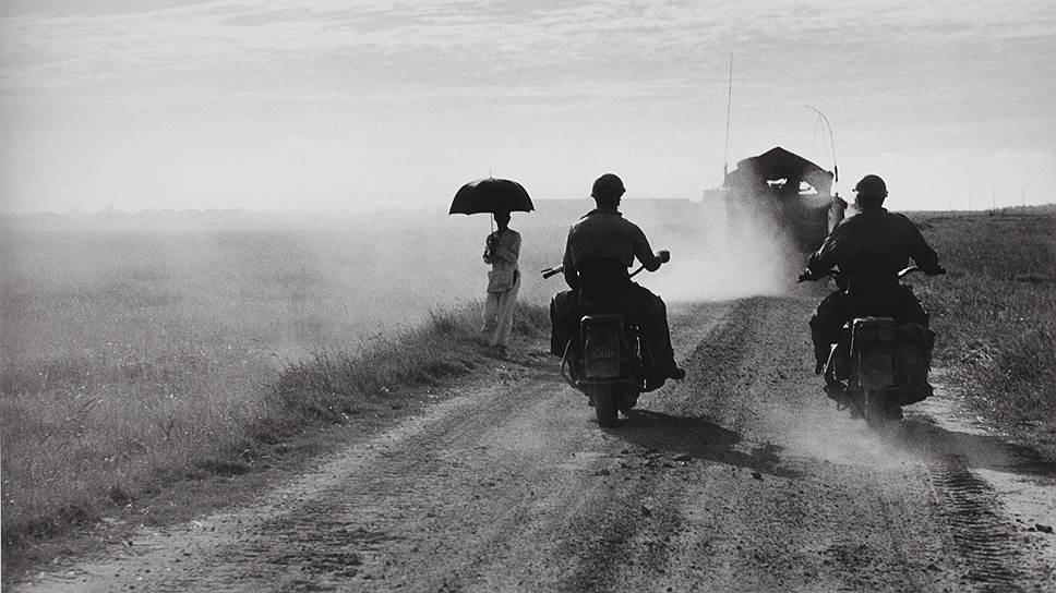 Этот снимок Роберт Капа сделал в 1954 году в Индокитае незадолго до того, как он подорвался на мине