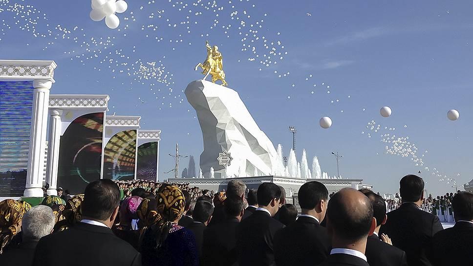 Торжественная церемония открытия памятника президенту Туркменистана Гурбангулы Бердымухамедову